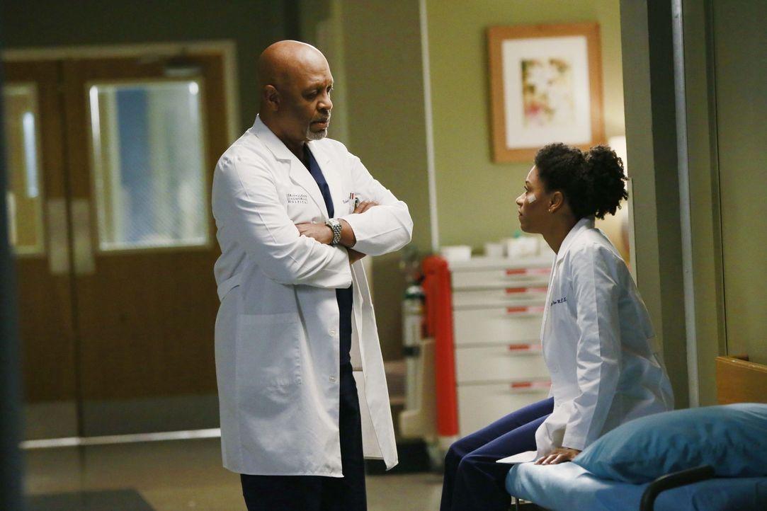 Geraten wegen eines gesundheitlichen Zustands eines Patienten in eine Diskussion: Richard (James Pickens Jr., l.) und Maggie (Kelly McCreary, r.) ... - Bildquelle: ABC Studios