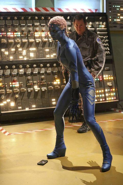 Die durchs Internet reisende Indigo (Laura Vandervoort) stürzt National City mit einer Cyber-Attacke ins Chaos. Als Kara alias Supergirl auf Indigo... - Bildquelle: 2015 Warner Bros. Entertainment, Inc.
