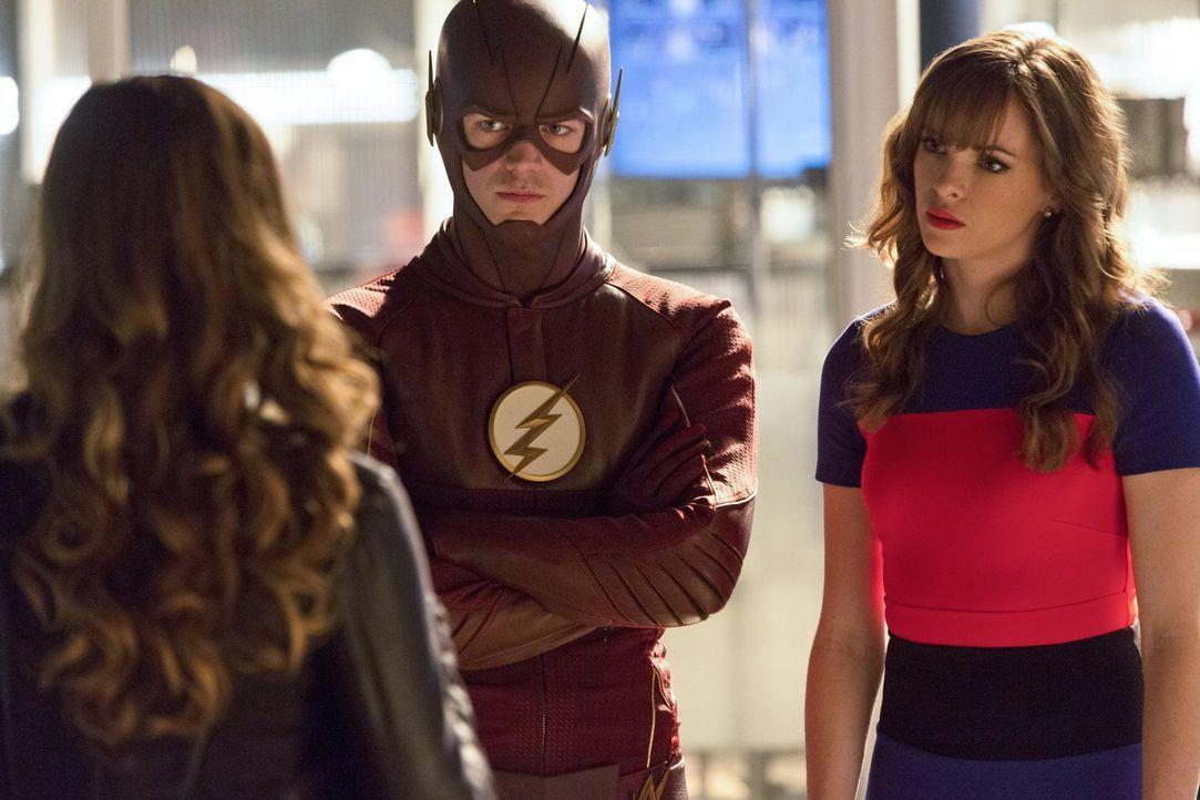 Als Barry alias The Flash (Grant Gustin, l.) und Caitlin (Danielle Panabaker, r.) erkennen, wogegen sie tatsächlich kämpfen müssen, greifen sie zu u... - Bildquelle: 2015 Warner Brothers.