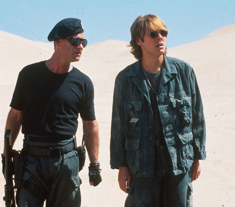 Nachdem Daniel (James Spader, r.) und Jack (Kurt Russell, l.) das nun in Gang gesetzte Stargate durchschritten haben, landen sie auf einem fernen Pl...