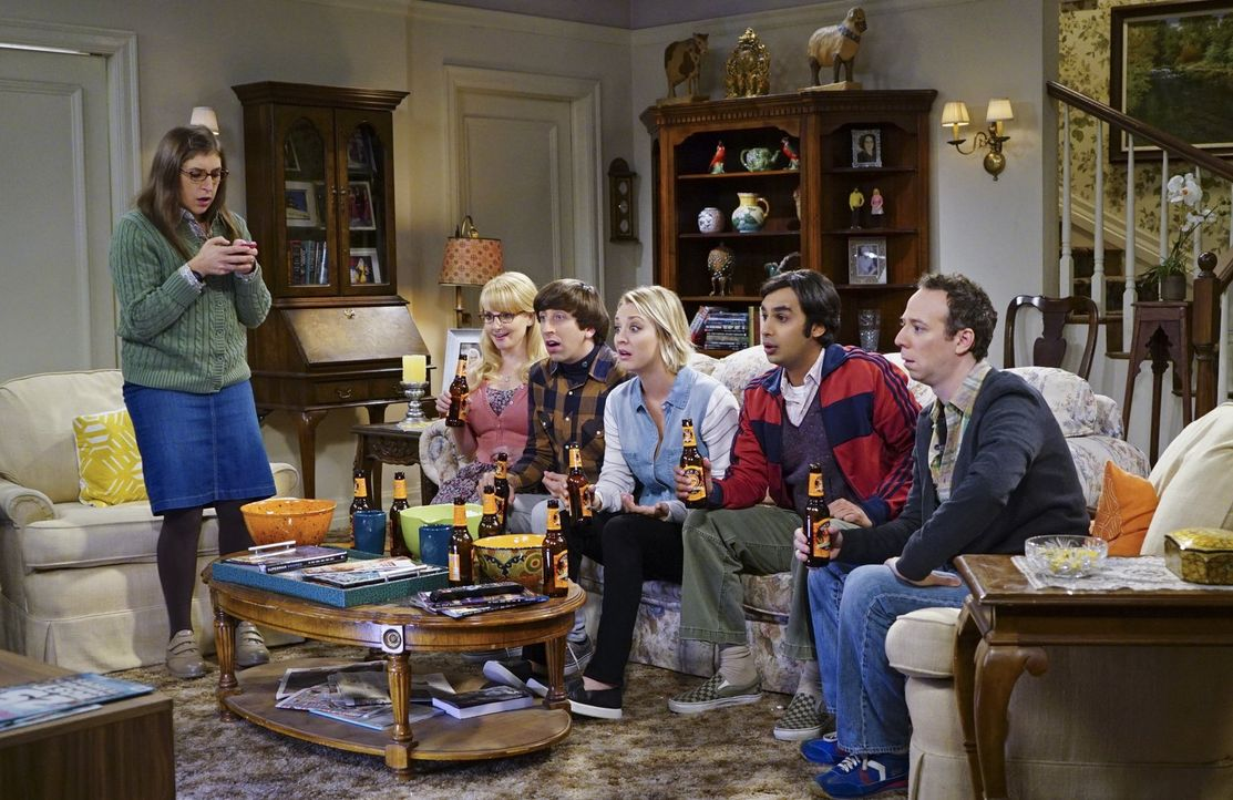 Bernadette (Melissa Rauch, 2.v.l.), Raj (Kunal Nayyar, 3.v.r.), Howard (Simon Helberg, 3.v.l.), Stuart (Kevin Sussman, r.)  und Penny (Kaley Cuoco,... - Bildquelle: 2015 Warner Brothers