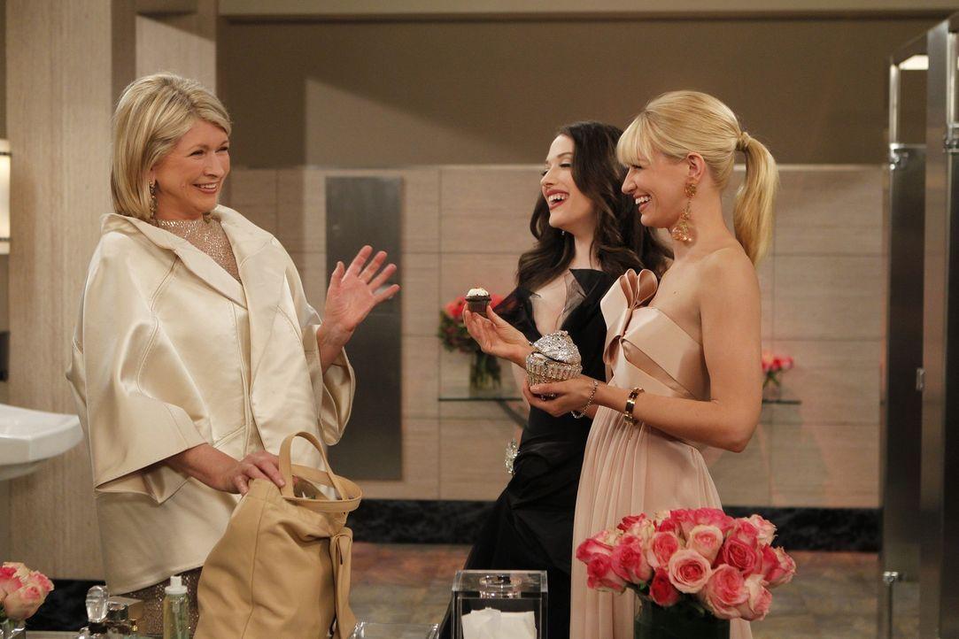 Für Max (Kat Dennings, M.) und Caroline (Beth Behrs, r.) gibt's eine Chance, sich einen Namen zu machen. Sie sind zur alljährlichen großen Modega... - Bildquelle: Warner Brothers