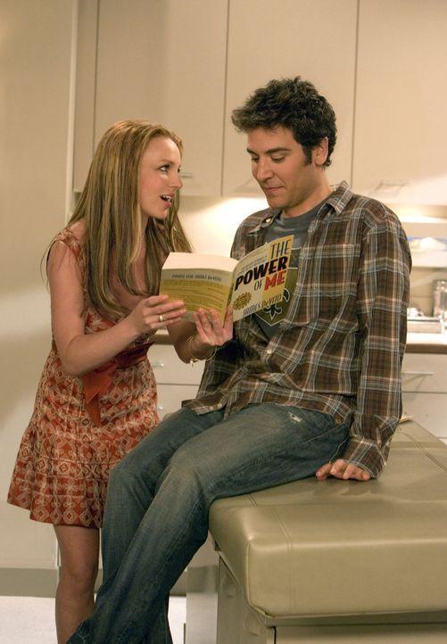 Nach anfänglicher Schüchternheit ihrerseits wird Abby (Britney Spears, l.) gegenüber Ted (Josh Radnor, r.) fast aufdringlich und er muss sich ihr... - Bildquelle: 20th Century Fox International Television