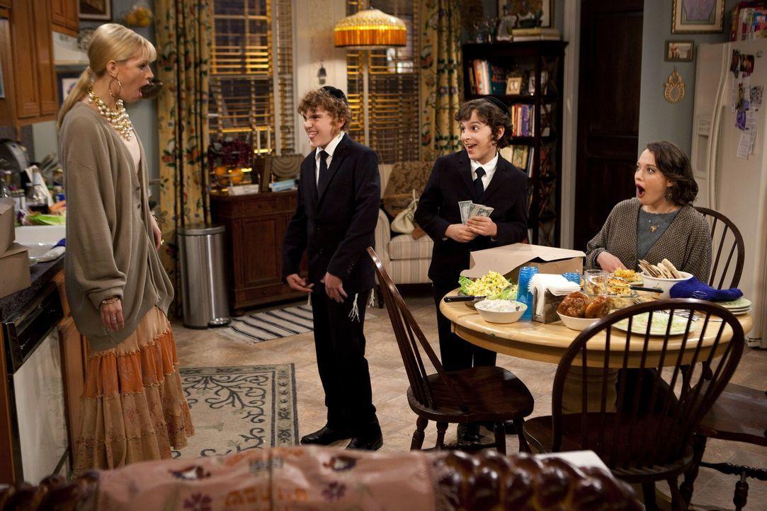 Caroline (Beth Behrs, l.) und Max (Kat Dennings, r.) bemühen sich, nach den Gebräuchen und Traditionen ihrer jüdischen Auftraggeber zu handeln. D... - Bildquelle: Warner Brothers