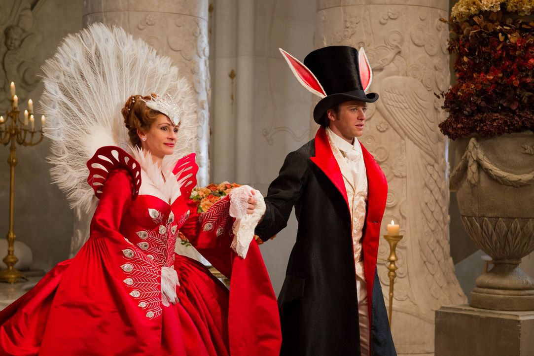 Die Königin (Julia Roberts, l.) becirct Prinz Andrew (Armie Hammer, r.) auf dem Maskenball. Doch dieser hat nur Augen für Schneewittchen ... - Bildquelle: Jan Thijs @studiocanal