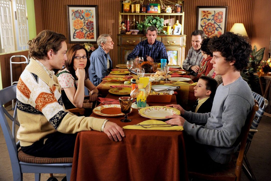 Um den Thanksgiving-Tisch der Hecks haben sich so einige Personen versammelt: Bob (Chris Kattan, vorne l.) mit seiner neuen Freundin Lisa (Laura Hei... - Bildquelle: Warner Brothers