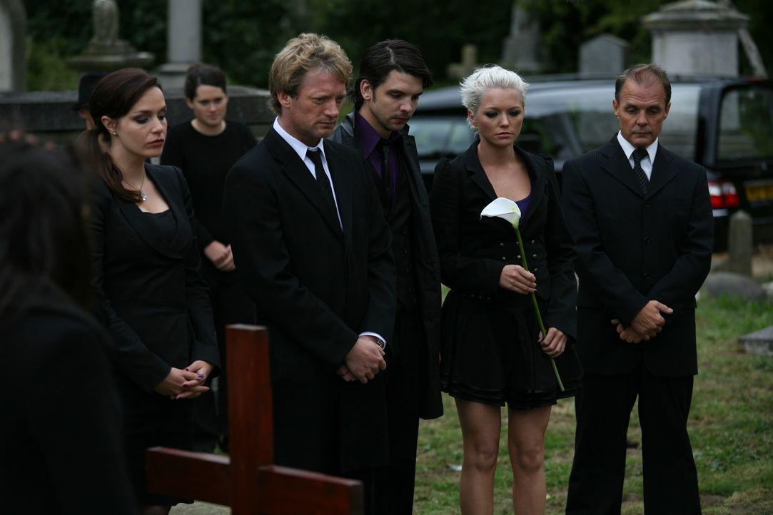 Cutter (Douglas Henshall, 4.v.r.), Abby (Hannah Spearritt, l.) und Connor (Andrew Lee Potts, 2.v.l.) müssen Abschied von einem guten Freund nehmen... - Bildquelle: ITV Plc