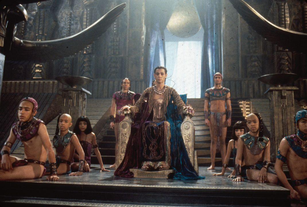 Pharao Ra (Jaye Davidson) ist vor Jahrtausenden durch das Stargate hierher gelangt und führt eine strenge Herrschaft. Die Eindringlinge, die ihm se...