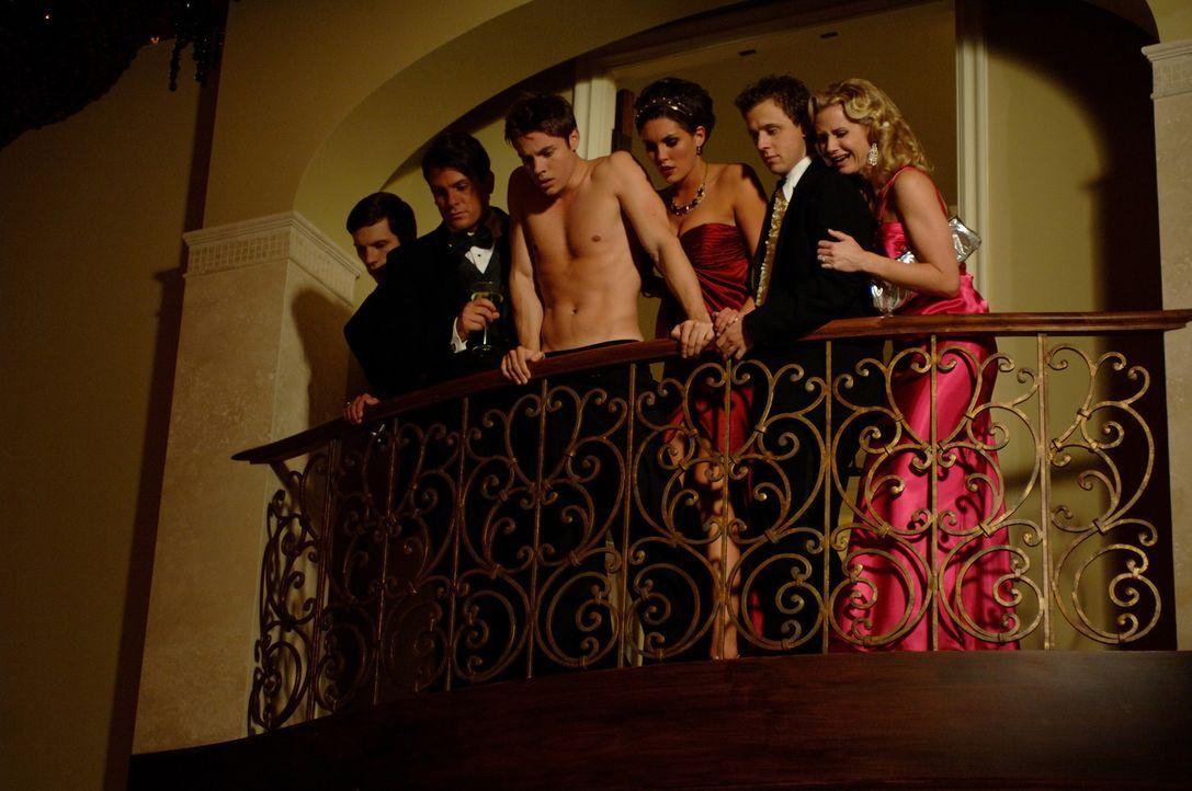 Die Freunde - allen voran Desiree (Taylor Cole, M.r.) und ihr Bruder Blaine (Josh Henderson, M.l.) - können nicht glauben, das aus dem makabren ein... - Bildquelle: 2008 360 Pictures LLC. All Rights Reserved.