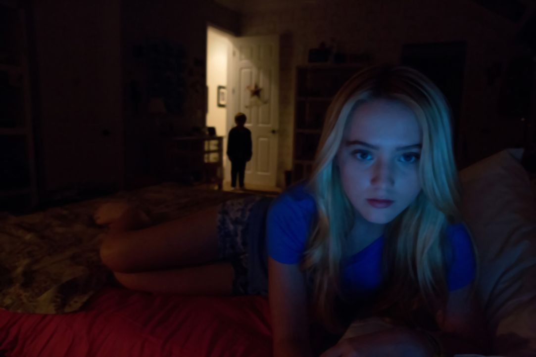 Seit dem Einzug der neuen Nachbarn geschehen mysteriöse Dinge - auch in dem Haus, in dem Alice (Kathryn Newton, vorne) mit ihrer Mutter lebt ... - Bildquelle: 2015 Paramount Pictures. All Rights Reserved.