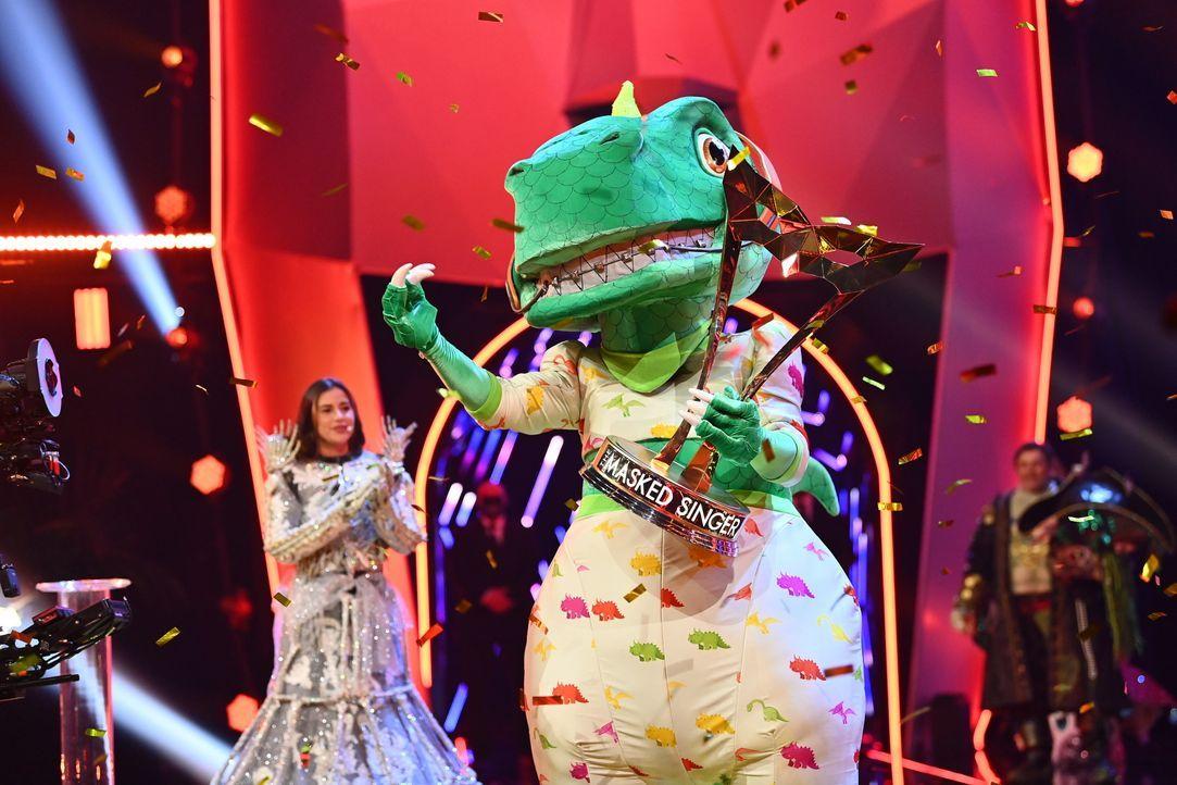 Sarah Lombardi (l.); Der Dinosaurier (r.) - Bildquelle: Willi Weber ProSieben / Willi Weber