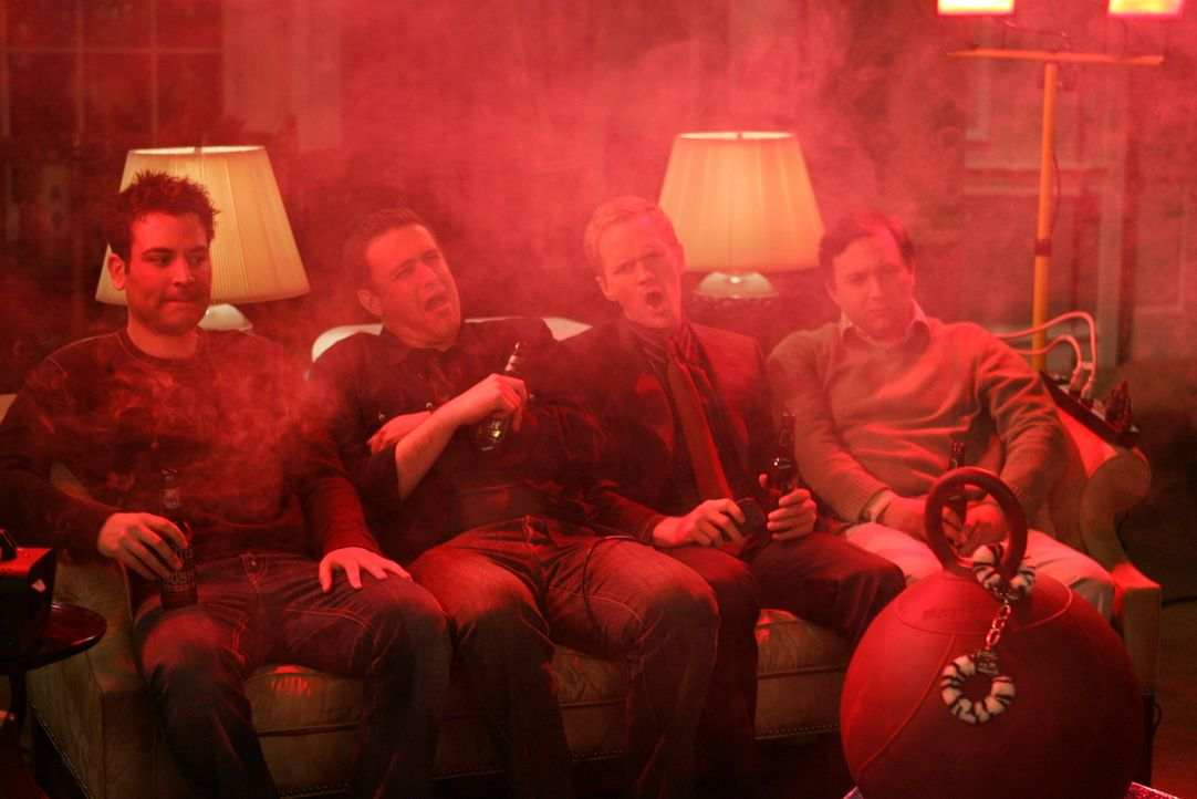 Sind gespannt, was sich Barney (Neil Patrick Harris, 2.v.r.) für die Junggesellenparty hat einfallen lassen: Ted (Josh Radnor, l.), Marshall (Jason... - Bildquelle: Monty Brinton 20th Century Fox International Television