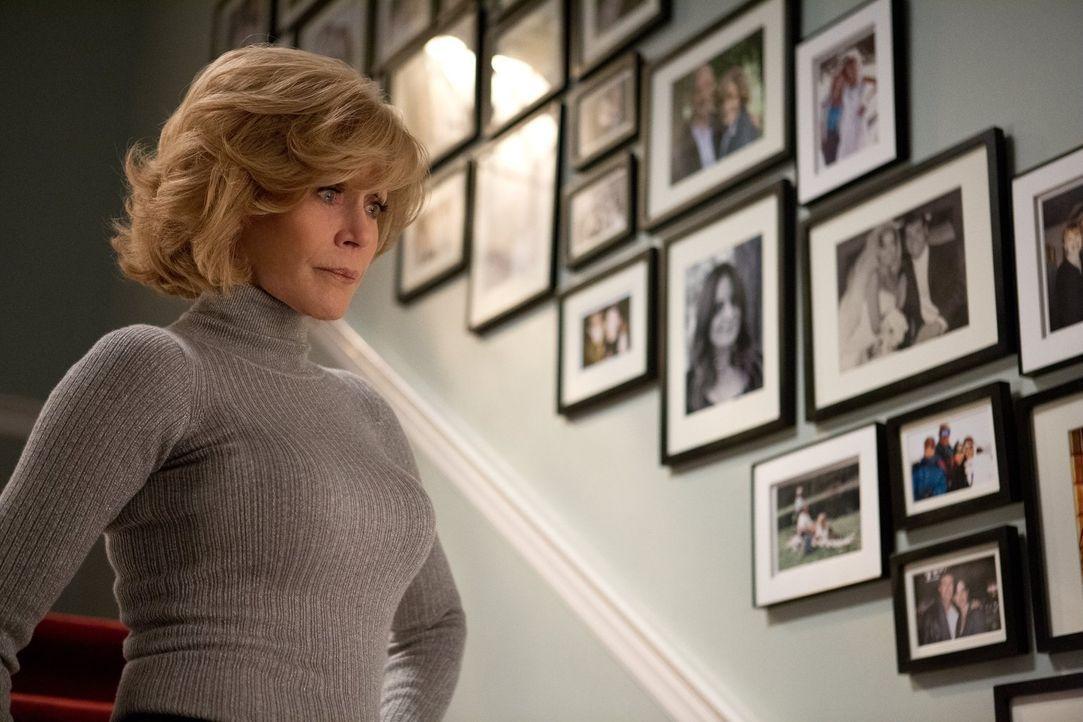 Bei ihren Kindern macht Hilary (Jane Fonda) keine Ausnahme und beschließt, dass jedes von ihnen sich für die siebentägige Totenwache zusammenreißen... - Bildquelle: 2014 Warner Brothers
