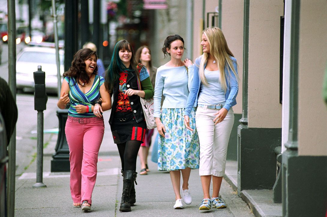 Eine Jeans verändert ihr Leben: Tibby (Amber Tamblyn, 2.v.l.), Lena (Alexis Bledel, 2.v.r.), Carmen (America Ferrera, l.) und Bridget (Blake Lively,... - Bildquelle: Warner Bros.