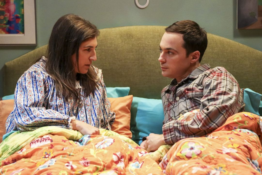 Sheldon (Jim Parsons, r.) willigt ein, fünf Wochen gemeinsam mit Freundin Amy (Mayim Bialik, l.) zu leben - er sieht es als wissenschaftliches Exper... - Bildquelle: 2016 Warner Brothers
