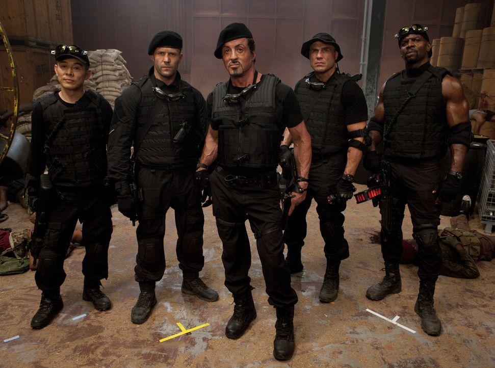Sie sind die Expendables: Anführer und Stratege Barney Ross (Sylvester Stallone, M.), der ehemalige SAS-Messerexperte Lee Christmas (Jason Statham,... - Bildquelle: @ 2010 ALTA VISTA PRODUCTIONS, INC.