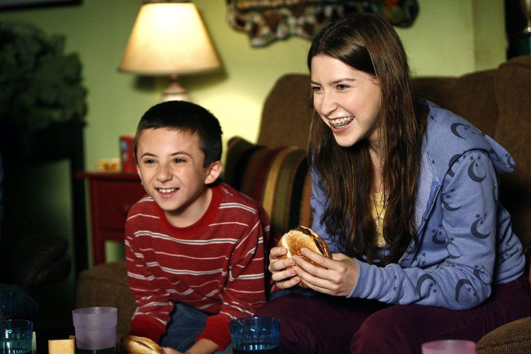 Werden sie das bevorstehende Date ihrer Eltern zum Platzen bringen? Brick (Atticus Shaffer, l.) und Sue (Eden Sher, r.) ... - Bildquelle: Warner Brothers