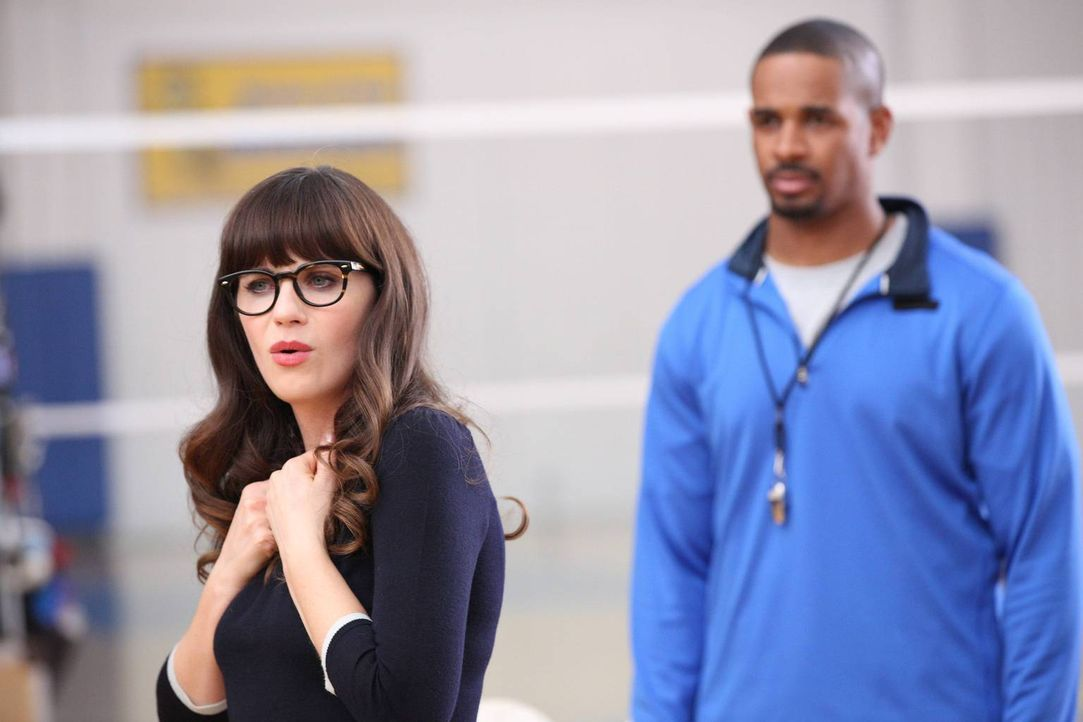Jess (Zooey Deschanel, l.) engagiert Coach (Damon Wayans Jr., r.) als Volleyballtrainer an ihrer Schule, während Schmidt verklagt wird ... - Bildquelle: TM &   2014 Fox and its related entities. All rights reserved.