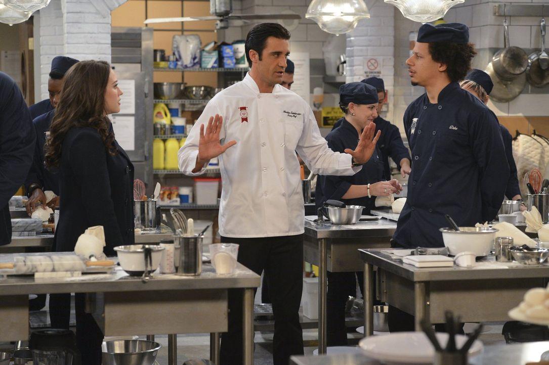 Für Max (Kat Dennings, l.) verläuft der erste Schultag in der Pastry School nicht gerade perfekt, und Chefkoch Nicolas (Gilles Marini, M.) fühlt sic... - Bildquelle: Warner Bros. Television