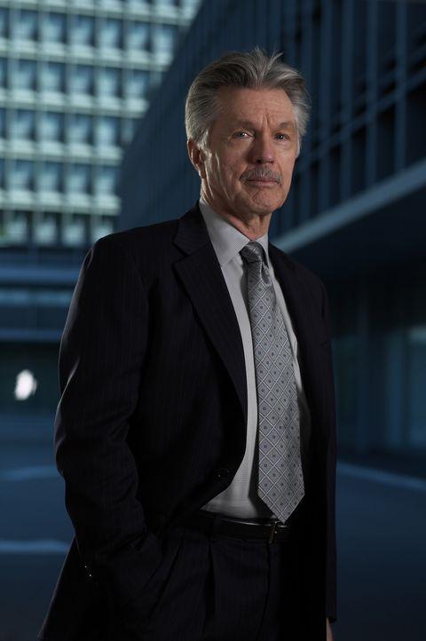 Mutig macht sich Admiral McKee (Tom Skerritt) daran, die Spreu vom Weizen zu trennen ... - Bildquelle: TM &   2006 CBS Studios Inc. All Rights Reserved.