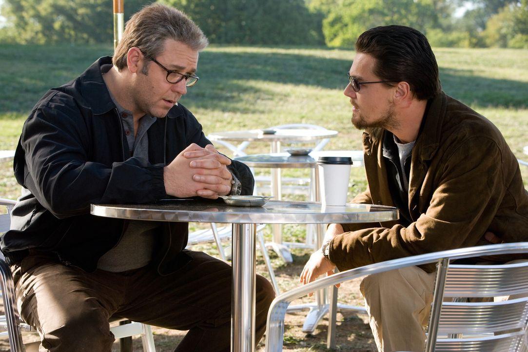 Vertraue niemandem, täusche jeden! Kann sich CIA-Agent Roger Ferris (Leonardo DiCaprio, r.) auf den aalglatten CIA-Verbindungsoffizier Ed Hoffman (... - Bildquelle: Warner Brothers