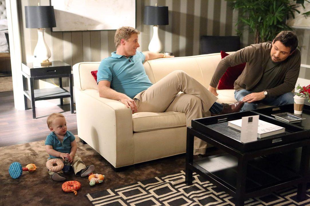 Der Kleine von Noah (Alan Tudyk, l.) fühlt sich sichtlich wohl in seinem neuen Zuhause. Auch Noah gibt vor, glücklich zu sein - trotzdem versucht Ge... - Bildquelle: Warner Brothers