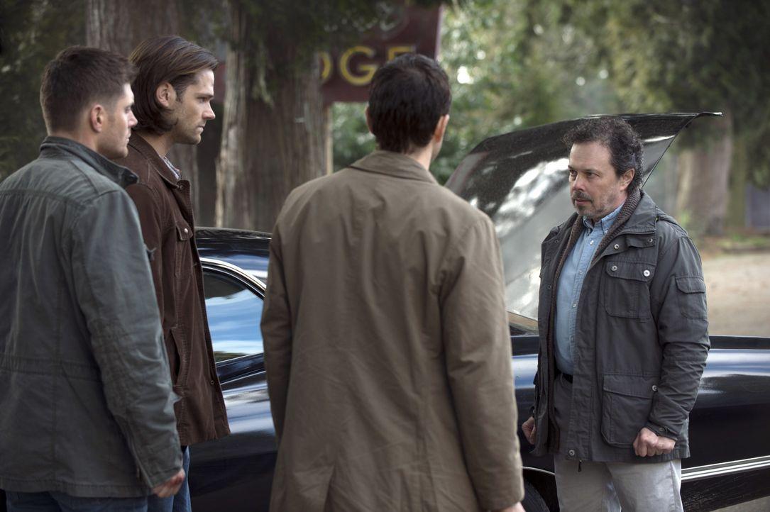 Dean (Jensen Ackles, l.), Sam (Jared Padalecki, 2.v.l.) und Castiel (Misha Collins, 2.v.r.) wird immer mehr bewusst, dass Metatron (Curtis Armstrong... - Bildquelle: 2013 Warner Brothers