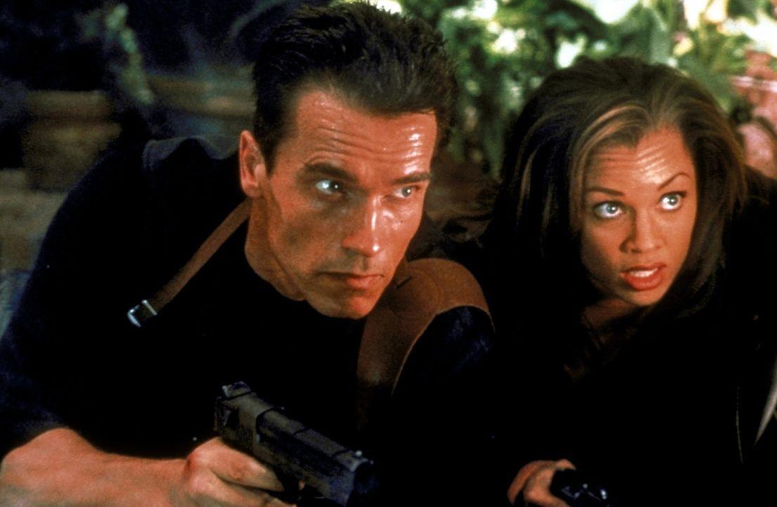 Zusammen mit der hübschen Lee (Vanessa Williams, r.) deckt John (Arnold Schwarzenegger, l.) ein Komplott auf, welches sogar bis in höchste Regierung... - Bildquelle: Warner Brothers International Television Distribution Inc.