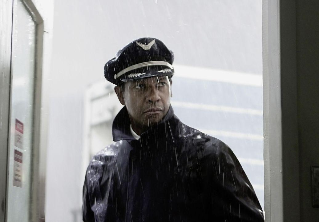 Pilot Whip Whitaker (Denzel Washington) steht an einem Wendepunkt in seinem Leben ... - Bildquelle: Robert Zuckerman 2012 PARAMOUNT PICTURES. ALL RIGHTS RESERVED.