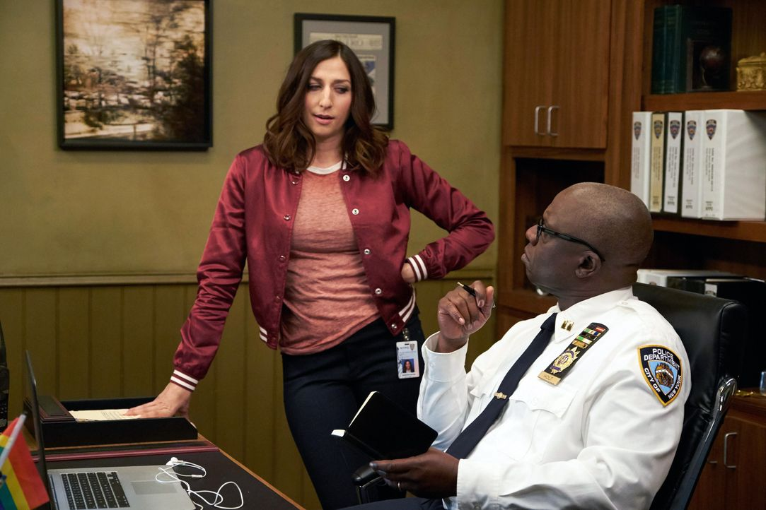 Gina Linetti (Chelsea Peretti, l.); Captain Ray Holt (André Braugher, r.) - Bildquelle: John P. Fleenor 2015 UNIVERSAL TELEVISION LLC. All rights reserved. / John P. Fleenor