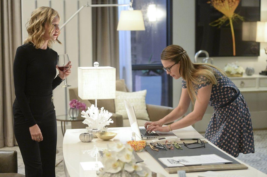Während Kara (Melissa Benoist, r.) ganz gut mit Cats (Calista Flockhart, l.) Sticheleien umgehen kann, stellen sich andere Angestellte als nicht so... - Bildquelle: 2015 Warner Bros. Entertainment, Inc.