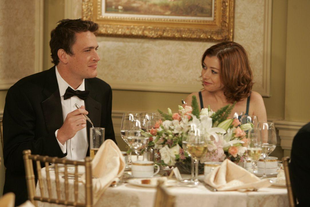 Marshall (Jason Segel, l.) und Lily (Alyson Hannigan, r.) genießen die Hochzeit, wobei er vor allem mit dem Kuchenbuffet seine Freude hat ... - Bildquelle: 20th Century Fox International Television
