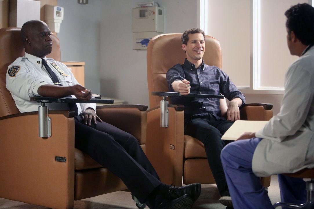 Captain Ray Holt (André Braugher, l.); Jake Peralta (Andy Samberg, r.) - Bildquelle: Jordin Althaus 2015 UNIVERSAL TELEVISION LLC. All rights reserved. / Jordin Althaus