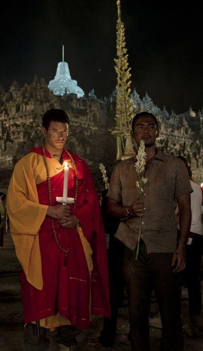 Um das Verschwinden der Prinzessin aufzuklären, müssen FBI Agent Travers (Kellan Lutz, l.) und der indonesische Polizist Hashim (Ario Bayu, r.) tief... - Bildquelle: 2012 - JAVA HEAT