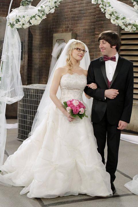 Der schönste Tag in ihrem Leben: Bernadette (Melissa Rauch, l.) und Howard (Simon Helberg, r.) ... - Bildquelle: Warner Bros. Television