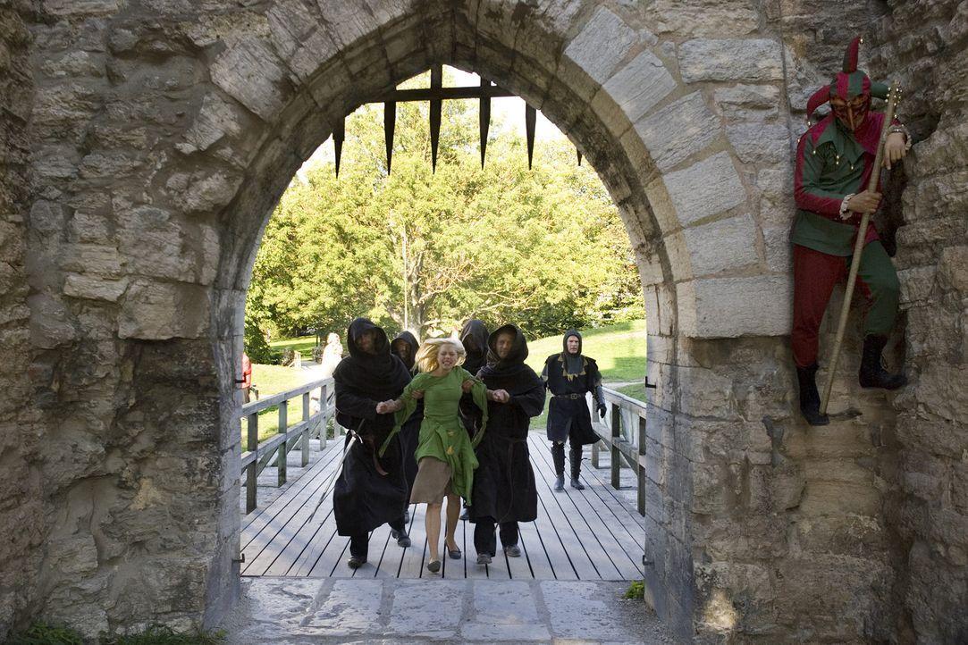 Endlich gelingt es der Schwarzen Bruderschaft, Katrine (Julie Grundtvig Wester, M.) gefangen zu nehmen, um sie lebendig in den Turm zu sperren, in d... - Bildquelle: Nordisk Film International Sales