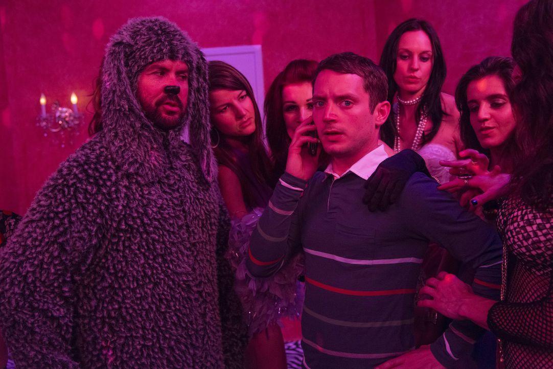 Als Ryan (Elijah Wood, r.) und Wilfred (Jason Gann, l.) Nachforschungen über Michael anstellen, finden sie sich plötzlich im Rotlichtmilieu wieder .... - Bildquelle: 2013 Bluebush Productions, LLC. All rights reserved.