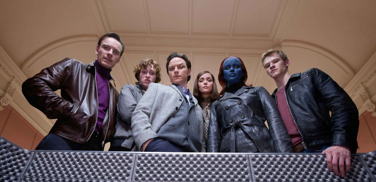 Stehen vor dem größtmöglichen Desaster, das der Welt passieren kann: die Mutanten (v.l.n.r.) Erik (Michael Fassbender), Sean (Caleb Jones), Charl... - Bildquelle: TM and   2011 Twentieth Century Fox Film Corporation, All Rights Reserved.
