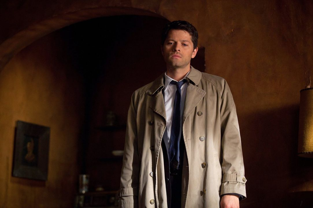 Cas (Misha Collins) taucht plötzlich bei den Winchester-Brüdern auf, denn Crowley hat zu einer großen Suchaktion aufgerufen ... - Bildquelle: Warner Bros. Television