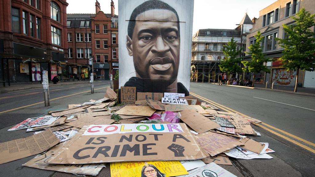 In Manchester fertigte der Straßenkünstler Akse ein ganzes Wandgemälde von George Floyd an. - Bildquelle: picture alliance / NurPhoto