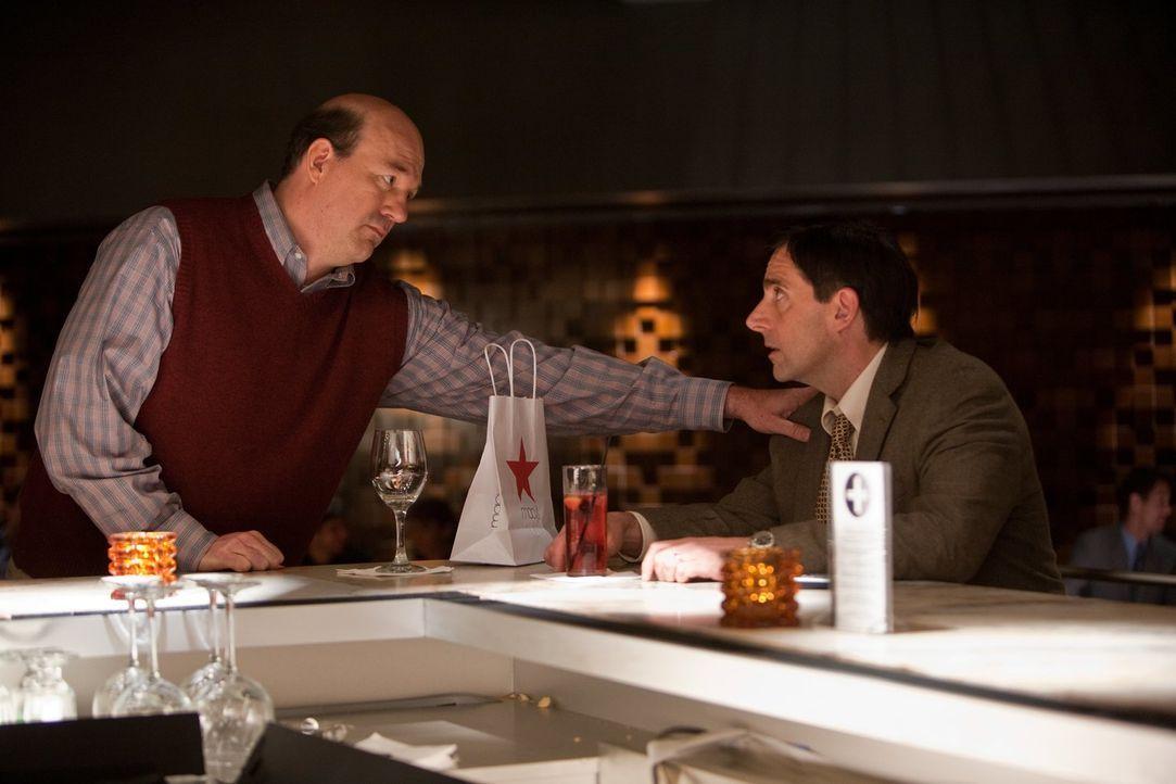 Noch möchte Bernie (John Carroll Lynch, l.) seinem frisch getrennten Kumpel Cal (Steve Carell, r.) beistehen, doch dann macht er eine Entdeckung im... - Bildquelle: Warner Bros.
