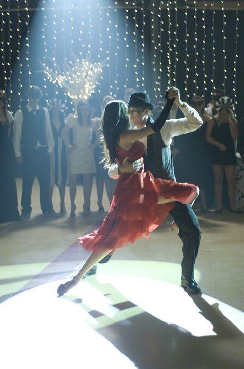 Das Traumpaar des Abends: Mary (Selena Gomez, l.) und Joey (Drew Seeley, r.). Doch als die Uhr Mitternacht schlägt, ist das maskierte Mädchen wie... - Bildquelle: Warner Brothers