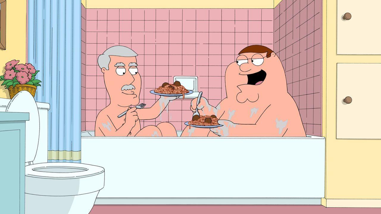 Während Lois mit ihrer Mutter Babs einen Tag im Spa verbringt, kümmert sich Peter (r.) um Babs Ehemann Carter (l.) ... - Bildquelle: 2015-2016 Fox and its related entities. All rights reserved.