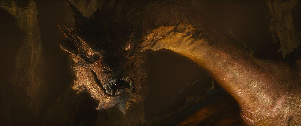 Smaug der Goldene (Benedict Cumberbatch) ist der Letzte der geflügelten Feuerdrachen. Er stellt eine große Bedrohung für Bilbo und die Zwerge dar ..... - Bildquelle: 2013 METRO-GOLDWYN-MAYER PICTURES INC. and WARNER BROS. ENTERTAINMENT INC.