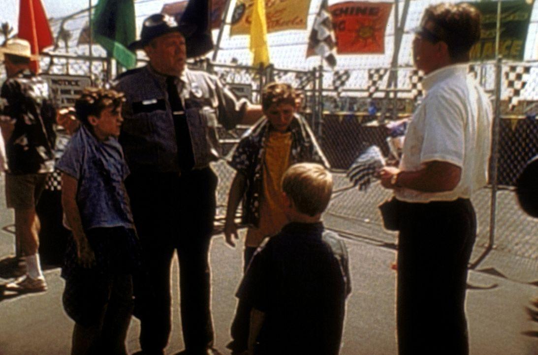 Officer Karl (Joel Mckinnon Miller, 2.v.l.) erzählt Hal (Bryan Cranston, r.), was Malcolm (Frankie Muniz, l.) und Reese (Justin Berfield, 2.v.r.) a... - Bildquelle: 20th Century Fox