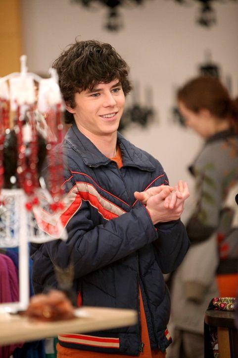 Er sucht ein Valentinsgeschenk für seine Punker-Freundin Vanessa: Axl (Charlie McDermott) ... - Bildquelle: Warner Brothers