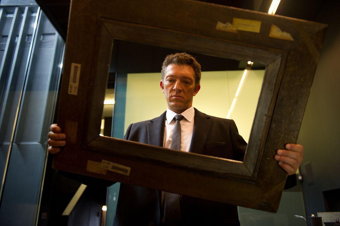 Als Gangsterboss Franck (Vincent Cassel) nach dem Überfall auf das Auktionshaus die Beute betrachten will, hält er einen leeren Rahmen in den Händen... - Bildquelle: 2013 Twentieth Century Fox Film Corporation.  All rights reserved.