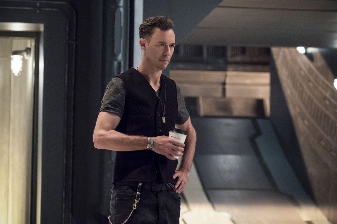 H.R. (Tom Cavanagh) erkennt, dass Wally zu dem Trainingszeitpunkt schneller ist, als es Barry damals war. Während Wally diese Nachricht sofort allen... - Bildquelle: 2016 Warner Bros.