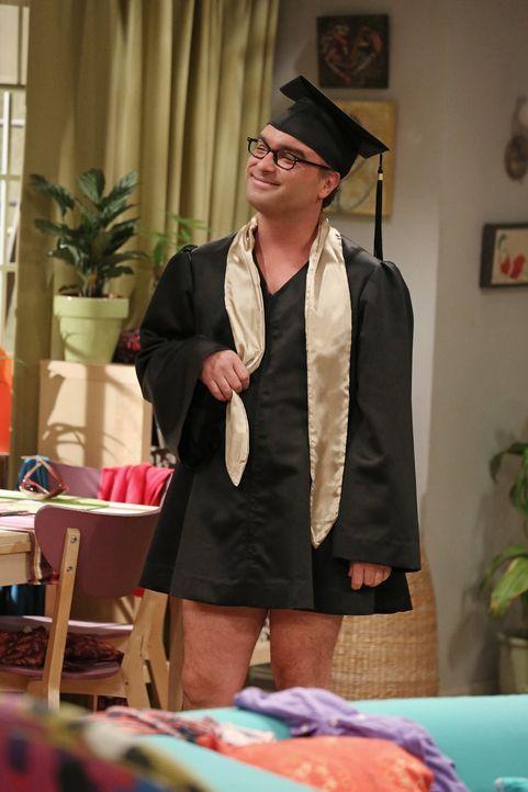 Das Outfit, das ihm Penny für die Abschlussrede besorgt hat, gefällt Leonard (Johnny Galecki) besonders gut ... - Bildquelle: Warner Bros. Television