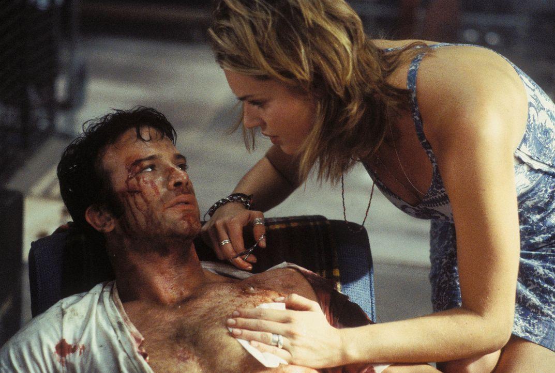In einem gnadenlosen Kampf wird Frank Castle (Thomas Jane, l.) schwer verletzt. Glücklicherweise hat er eine hilfsbereite Nachbarin (Rebecca Romijn... - Bildquelle: Sony Pictures Television International. All Rights Reserved.